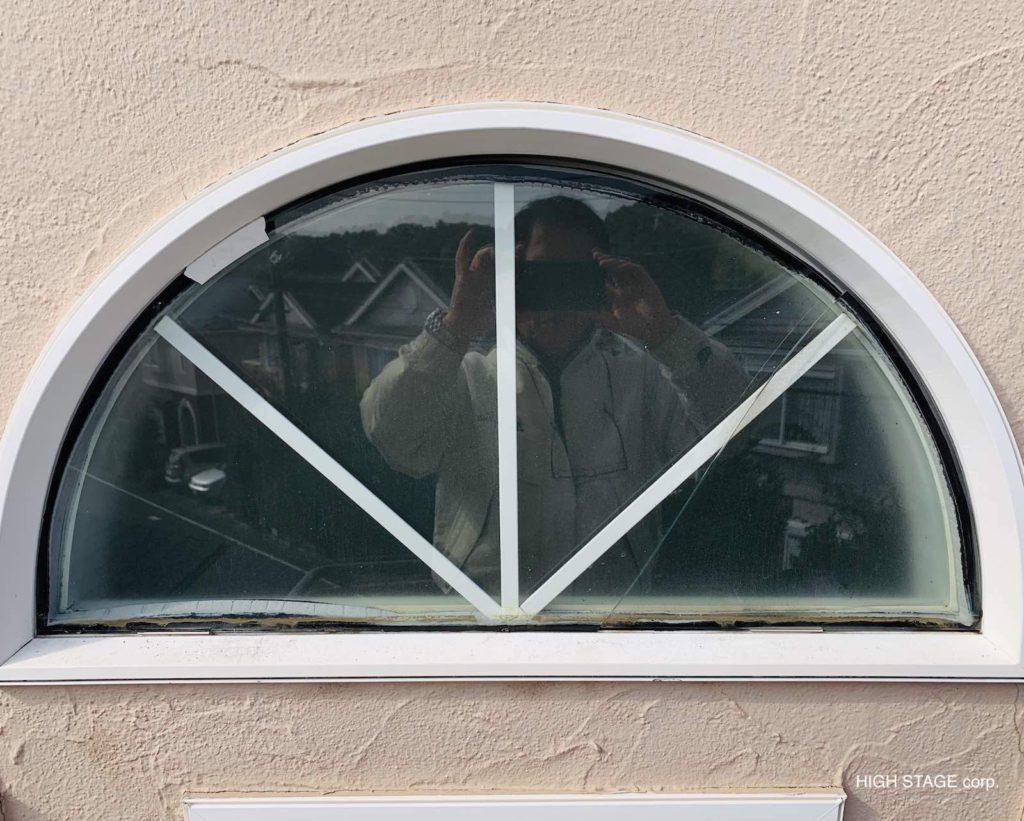 サミット(summit)社製のハーフサークルウィンドウのガラス交換を行いました。輸入住宅、輸入建材のメンテナンス・リフォームを総合的に行っています。