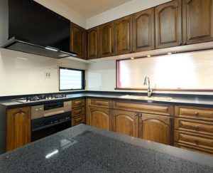 海外スタイル・輸入住宅スタイルのリフォーム・リノベーションを行います。今回は米国製オーダーキッチンを採用した虎ディッショナルなデザインのキチンリノベーション を紹介します。