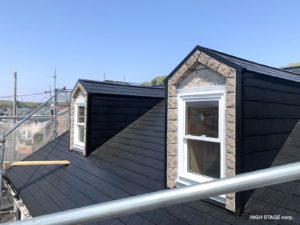 輸入住宅のメンテナンス・リフォームを行っています。ウェンコ社製のアルミクラッドサッシの木部腐食が原因で樹脂サッシに交換を行いました。足場をかけましたので屋根の塗装工事も行いました。