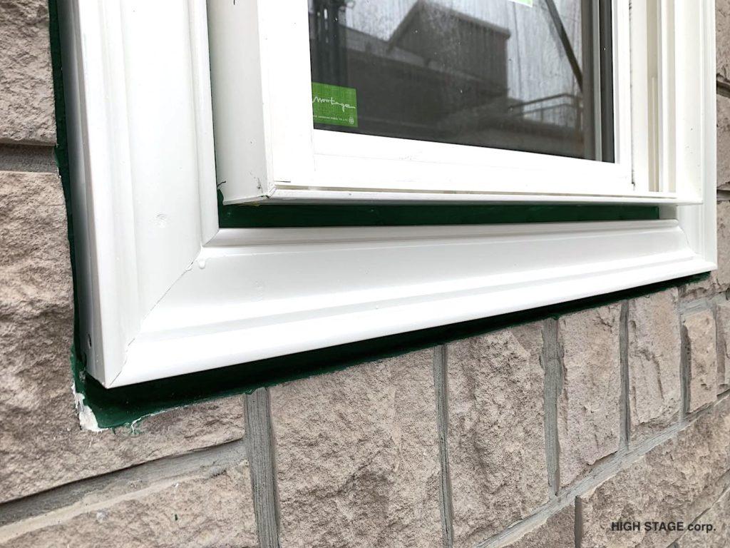 輸入住宅のメンテナンス・リフォームを行っています。ウェンコ社製のアルミクラッドサッシの木部腐食が原因で樹脂サッシに交換を行いました。窓まわりの外装装飾材にはファイポン(fypon)社のウレタン製モールディングを使用しました。