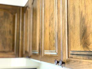 海外スタイル・輸入住宅スタイルのリフォーム・リノベーションを行います。今回は米国製オーダーキッチンを採用した虎ディッショナルなデザインのキチンリノベーション を紹介します。キャビネットの木目が個性を演出します。