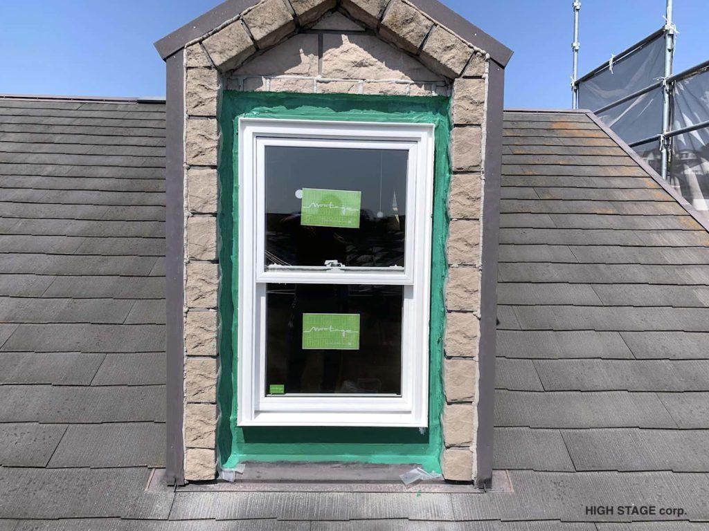 輸入住宅のメンテナンス・リフォームを行っています。ウェンコ社製のアルミクラッドサッシの木部腐食が原因で樹脂サッシに交換を行いました。 ガーディアンという弾力性の非常に高い防水塗料で防水処理をしました。