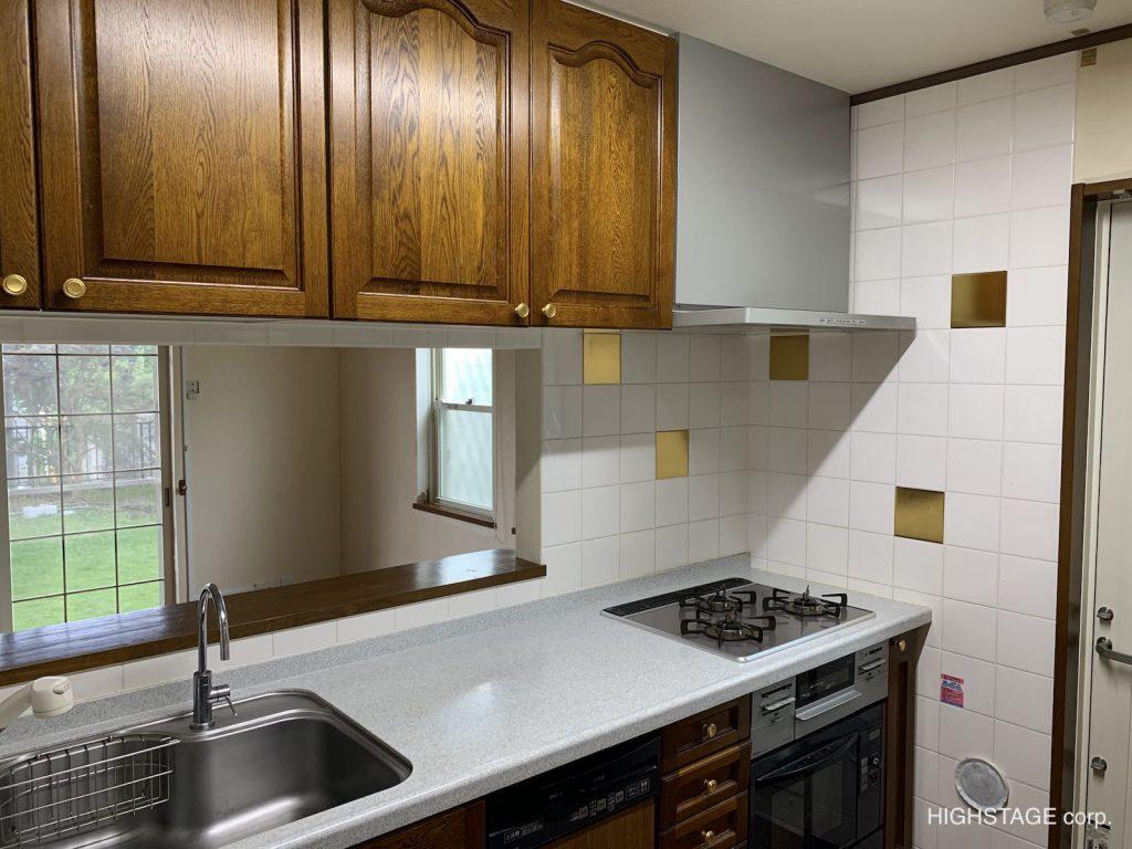 LDKのリフォームです。キッチンを見てみましょう。キッチンからダイニングが覗けますが開口が小さいためみづらいですね。輸入キッチン、輸入建材をふんだんに使用したキッチンを中心にしたリフォーム・リノベーションです。