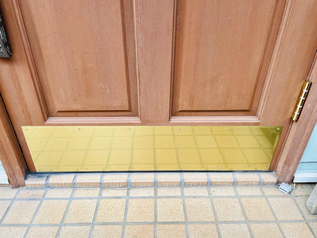 輸入木製ドアにキックプレートを取り付けました。木製ドア特有の劣化や腐食を防ぐのと同時にデザイン性がアップします。そのほか、輸入住宅のメンテナンス・リフォーム全般を行っています。