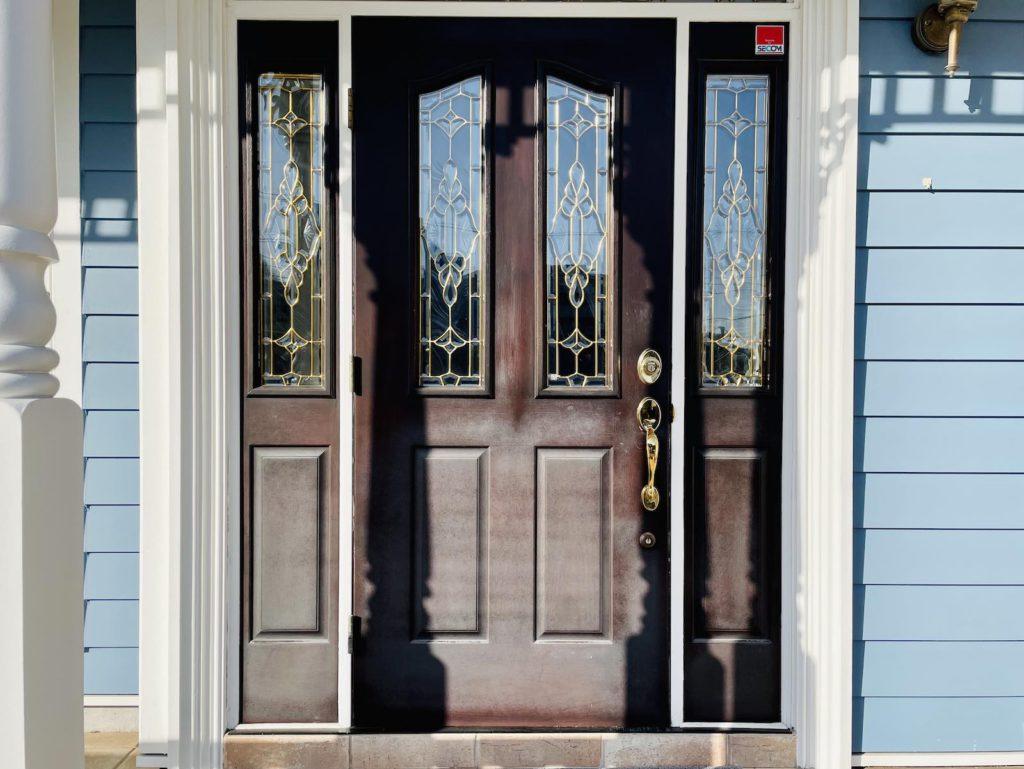ファイバーグラス製の玄関ドアの塗り替え工事を行いました。木目調のデザインのため特殊な剥離剤で塗料を落してから新たに専用ステイン材で塗装します。東京・神奈川・埼玉・山梨・千葉・茨城エリアで輸入住宅のメンテナンス・リフォーム全般を行っています。