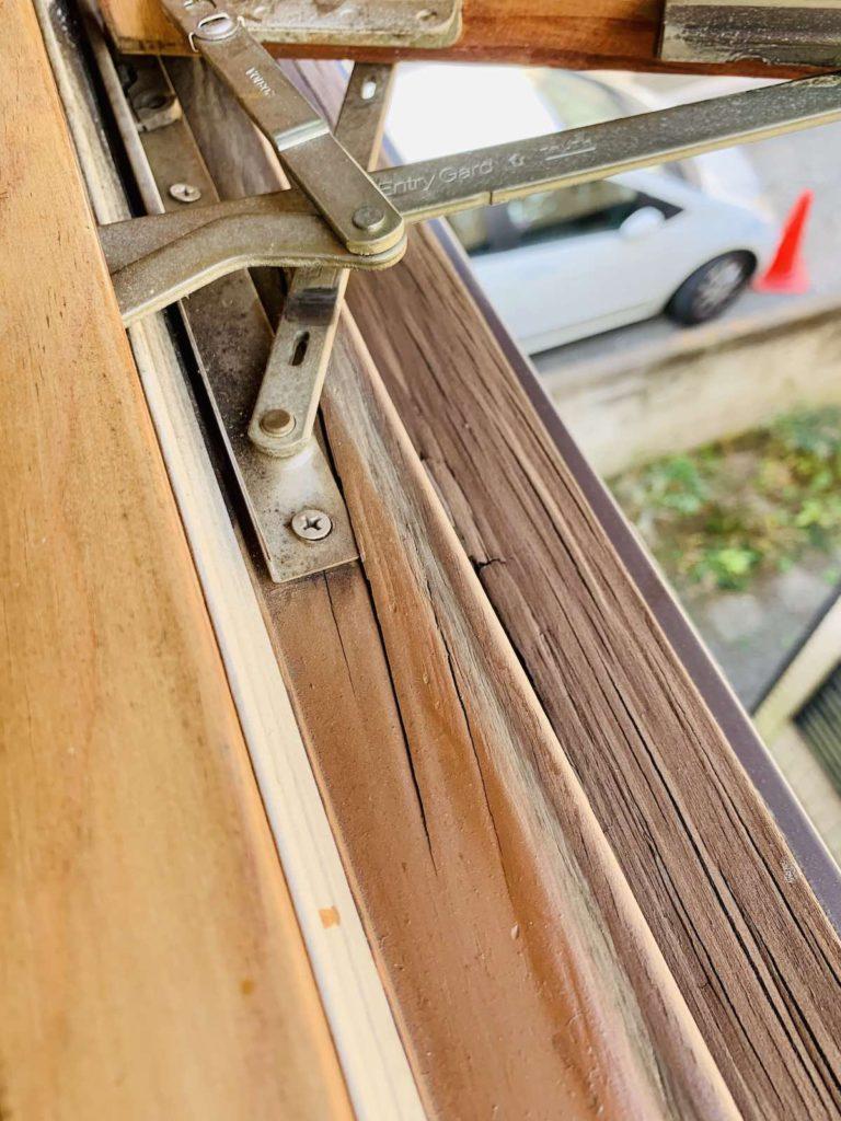 marvin社の木製サッシからクレトイシ社の樹脂製サッシへ交換しました。クレトイシの樹脂サッシは機密性・断熱性はさることながら、輸入サッシライクなデザインが特徴です。また、インチ規格の輸入サッシからの交換もできるように、1mm単位でのサイズオーダーが可能です。輸入木製サッシかた樹脂サッシへの交換をご検討の方はお問合せください。東京・埼玉・神奈川・山梨・千葉・茨城エリアの輸入住宅のメンテナンス・リフォーム全般を行っています。