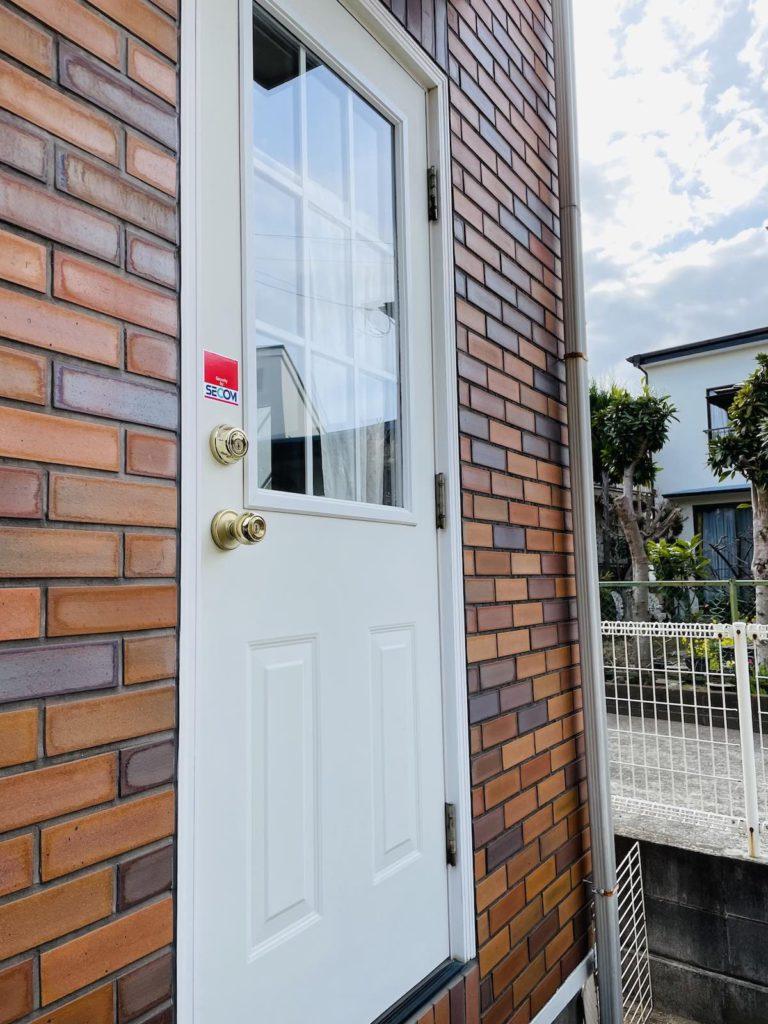 輸入勝手口ドアをサーマトゥルー(THERMA TRU)社のファイバーグラス製ブラインド付きドアに交換しました。輸入住宅のリフォーム・メンテナンス全般を行っています。