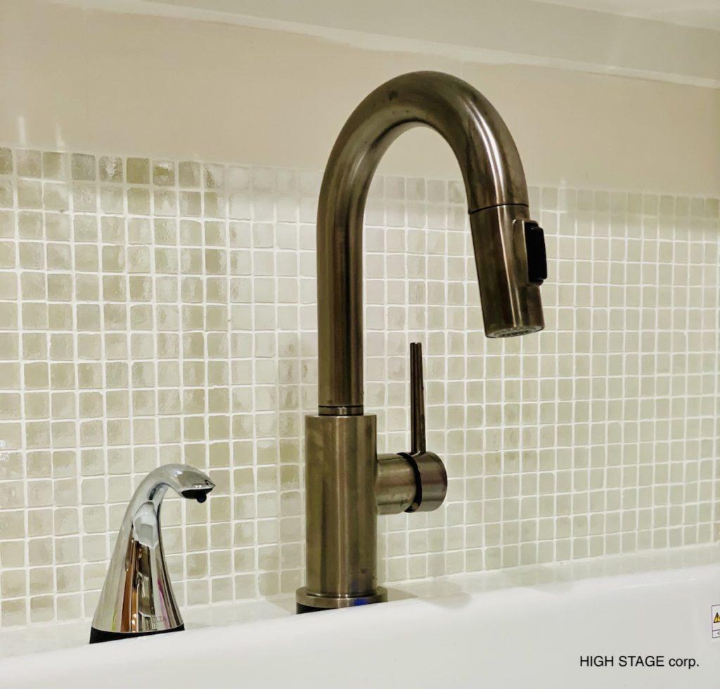 DELTA(デルタ)水栓の国内正規代理店としてDELTA水栓の販売を行っています。洗面台に設置したのはバーシンクやミニシンクに使われる背の低いタッチ機能つきのキッチン水栓です。洗面にもキッチン水栓は取り付けられますので参考にしてください。