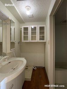 北米より調達した建材・部材を使用した海外スタイル・輸入住宅スタイルのリフォーム・リノベーションをローコストでご提案します。マンションを丸ごと海外スタイルにリノベーションをしました。洗面所は北米のクラシックな雰囲気を出す為、各所にモールディング装飾を施し、トグルスイッチを採用しました。オプションでパネルモールディングをつけることもできます。水栓はじめ金物類も米国メーカーのデルタ水栓を使用、キャビネットはデザインハウスのキャビネットを採用しました。