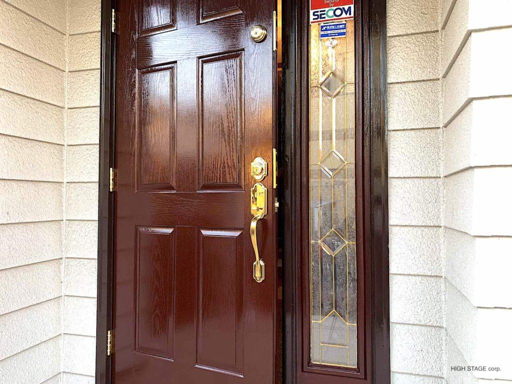 輸入住宅・輸入建材のメンテナンス、リフォームを行っています。輸入ドアのサーマトゥルー(therma tru)のファイバーグラスドアの塗り直しとハンドル交換を行いました。