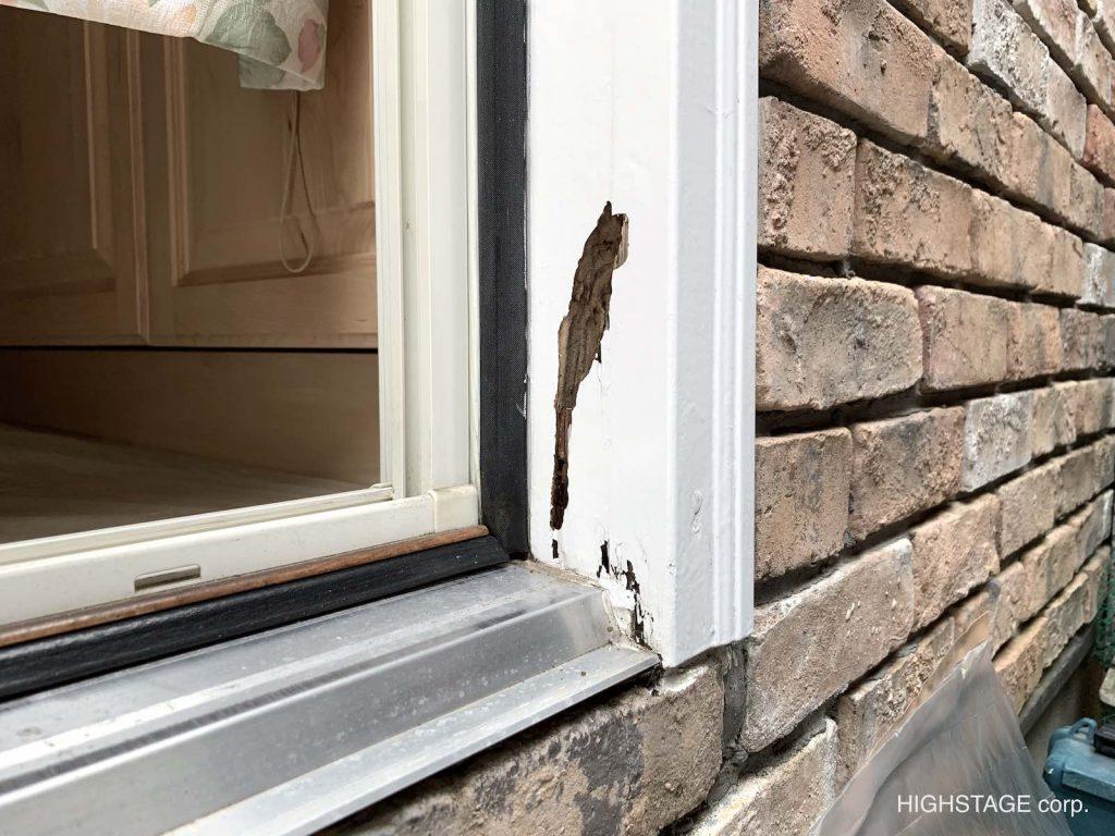 木製ドア枠の腐食です。ブリックモールディングとドア枠の二つの材料で構成されている箇所になります。昔の輸入住宅は大概木製でしたのでこのような事は起こりうる事例です。