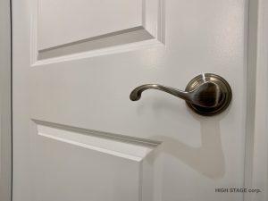 北米より調達した建材・部材を使用した海外スタイル・輸入住宅スタイルのリフォーム・リノベーションをローコストでご提案します。マンションを丸ごと海外スタイルにリノベーションをしました。ドアはインテリアの重要な要素です。全て北米より調達したドアを使用、デザインの統一感を出しました。
