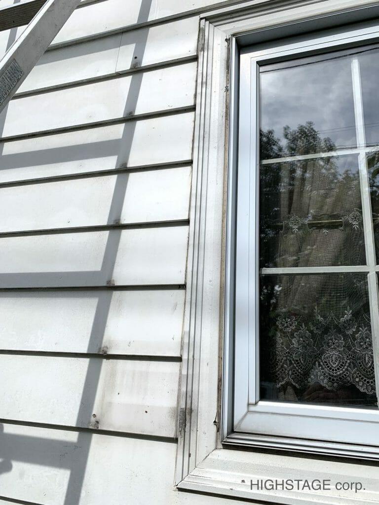 輸入住宅のメンテナンス・修理でミッドアメリカ(MidAmerica)の樹脂製窓飾りシャッターを取り付けます。